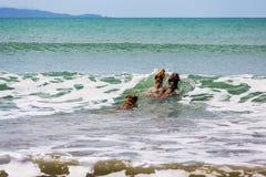 伴侣尾随享受他们的时间在海滩 免版税库存图片