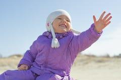 伸出她的手的快乐的儿童女孩室外 库存图片