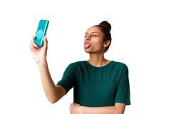 伸出她的舌头和采取selfie的少妇 库存照片