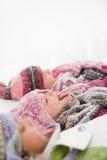伸出他们的舌头的雪的孩子  免版税库存图片