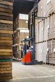 伸手可及的距离卡车在仓库里 免版税库存图片