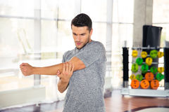 伸手的人在健身房 免版税库存照片