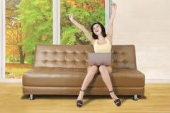 伸手的妇女在客厅 库存图片
