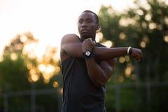 伸手的被集中的美国黑人的运动员 库存照片