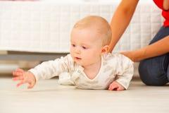伸某事的感兴趣婴孩手 免版税库存图片