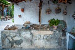 位于一个典型的房子的一个围场的老井在格拉纳达,西班牙 图库摄影