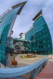 位于一个新的商业中心的办公楼合奏在是 免版税图库摄影