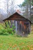 位于农村森林地区的木棚子在海沃德,威斯康辛 免版税图库摄影