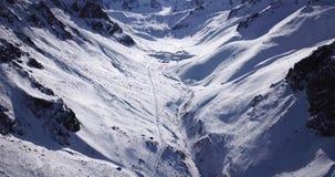 位于图尤克su峡谷的雪峰顶 在阿尔玛蒂附近  与寄生虫的射击 影视素材