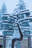位于圣诞老人Joulupukki村庄的各种各样的方向标 免版税库存照片