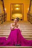 位于在台阶的一件长的礼服的妇女 免版税库存图片