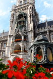位于在夏天下午的Marienplatz的慕尼黑Rathaus铁琴 库存照片