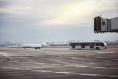 位于在私人飞机场的航空器 免版税库存照片