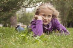 位于在草的哀伤的女孩 图库摄影