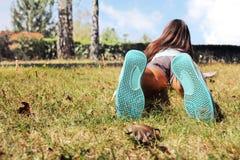位于在草的女孩 免版税库存图片