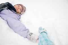 位于在雪的女孩 免版税库存图片