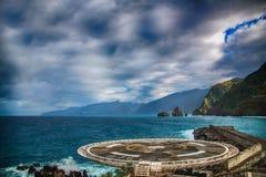 位于在马德拉岛海岛北部的波尔图的停机坪莫尼兹, 在背景中有蓝色海浪 免版税库存图片