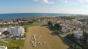 位于地中海岸的美丽的镇惊人的鸟瞰图  股票录像