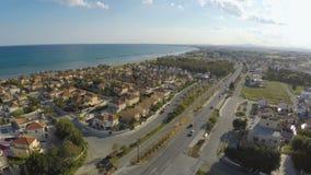 位于地中海海岸线的村庄镇鸟瞰图,房地产 股票视频