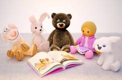 位于地毯和有趣的书的婴孩玩具 孩子e 库存照片