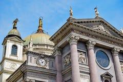 位于基督徒玛丽帮助大教堂的门面和屋顶的四个雕塑细节  库存图片
