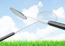 位于天空背景和球拍的羽毛球shuttlecock  免版税库存图片