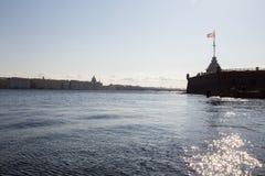 位于它的银行和宫殿的全景内娃河 圣彼德堡 俄国 免版税图库摄影