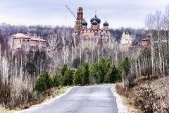 位于小山的假定圣乔治修道院神圣的灌木, 免版税库存照片