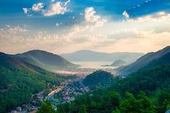 位于山的谷的一个小镇 库存照片