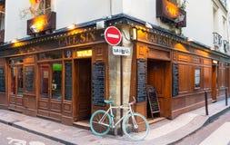 位于巴黎,法国圣日耳曼地区六的传统法国咖啡馆  免版税库存照片