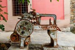 位于庭院的老生锈的机器 库存图片