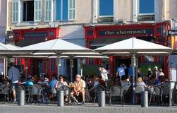 位于旧港口处所的传统法国街道咖啡馆三叶草在马赛,法国 库存照片