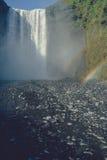 位于有彩虹的冰岛的著名Skogafoss瀑布 库存图片