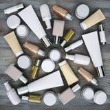 位于木背景的化妆用品产品 免版税库存图片