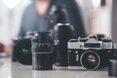 位于桌的摄影透镜系统 库存图片