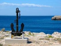 位于海岸的一个大黑色锚点 免版税库存照片