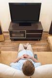 位于的人沙发电视注意 免版税库存图片