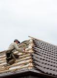 位于的屋面防水工瓦片 免版税库存照片