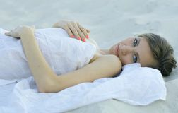 位于的沙子妇女年轻人 免版税库存照片