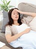 位于的病的沙发妇女 免版税库存图片