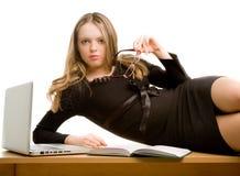 位于的秘书表年轻人 免版税库存图片