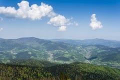 位于谷的村庄 Gorce山的全景 免版税库存图片