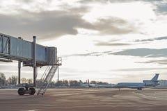 位于起飞跑道的客机 图库摄影