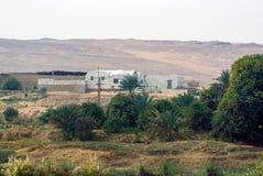 位于边界和沙子的白色房子多孔黏土、砖在尼罗河之间a的植被 图库摄影