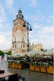 位于集市广场的历史的哥特式塔 免版税库存照片