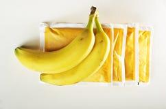 位于香囊的两个香蕉香蕉调味了粥,白色背景 免版税图库摄影