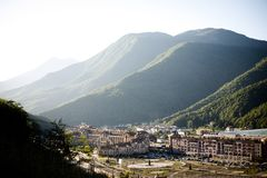 位于高山的小镇 免版税库存照片