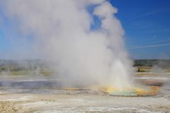 位于黄石,国家公园,怀俄明喷泉彩瓯地区的漏壶喷泉, 免版税库存图片
