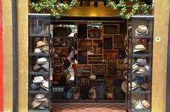 位于赴麦加朝圣过的伊斯兰教徒车道的时尚商店 库存图片