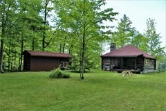位于Childwold的土气老原木小屋,纽约,美国 库存照片